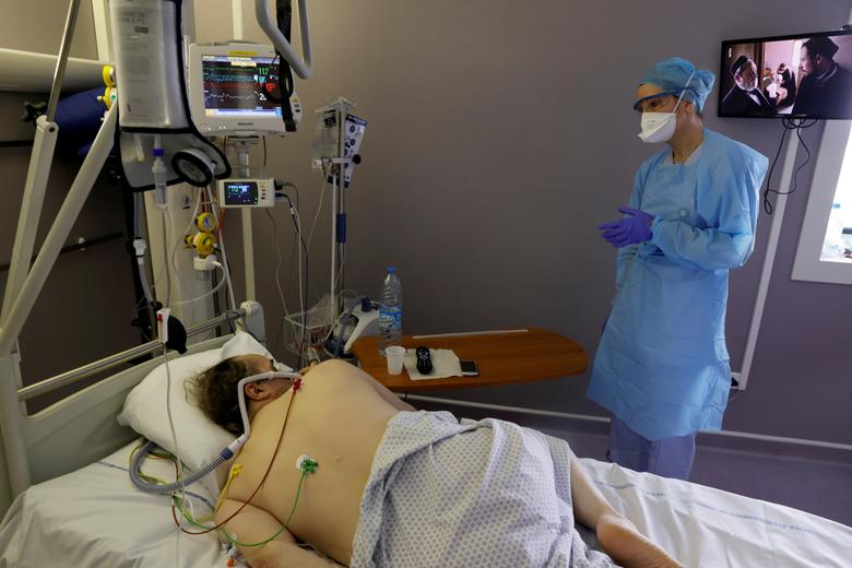 France sees biggest jump in COVID-19 intensive care patients in months